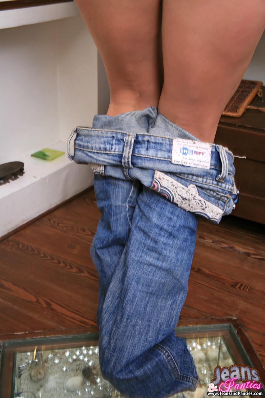 Сняла брюки и трусики 8 фотография